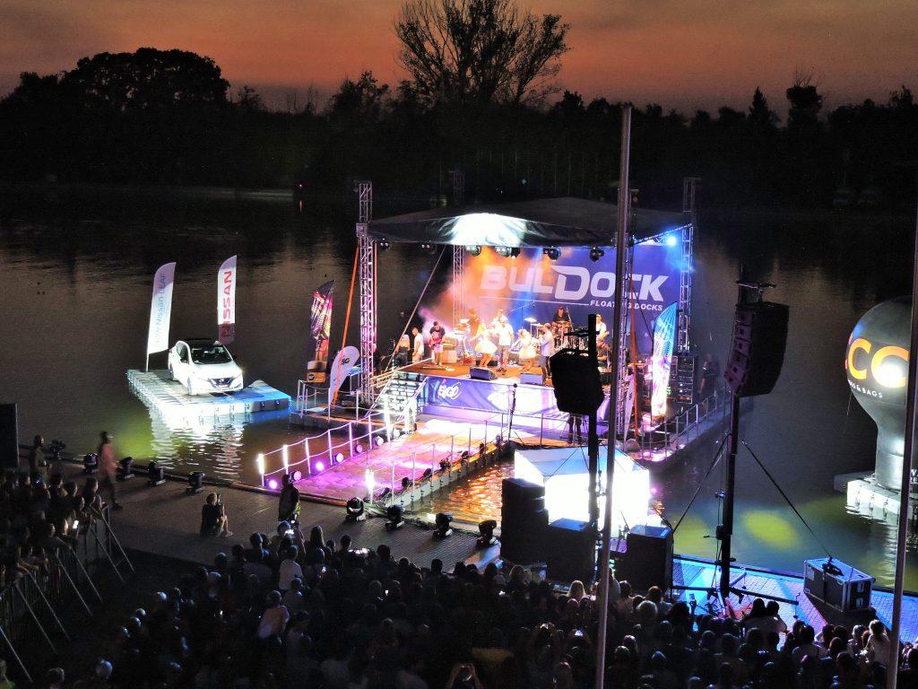 Konzert-Bühne in Plovdiv auf dem Wasser bei Nacht