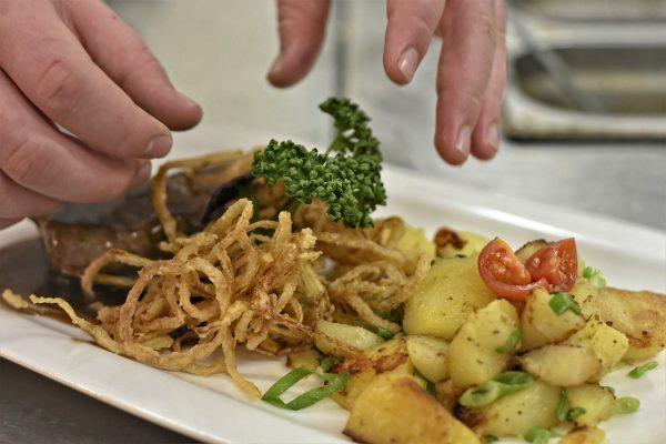 Wiener Zwiebelrostbraten mit Bratkartoffeln