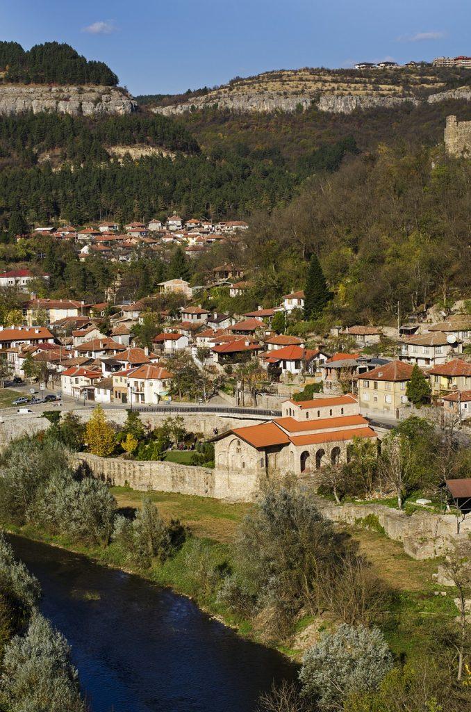 Stadt auf grünen Hügeln in Bulgarien