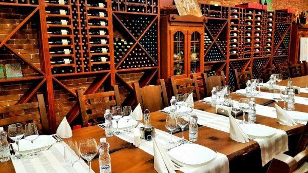 schön gedeckter Holztisch mit Weingläsern in eine Weinkeller