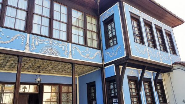 homestory für blaues prächtiges Haus mit braunen Fenstern