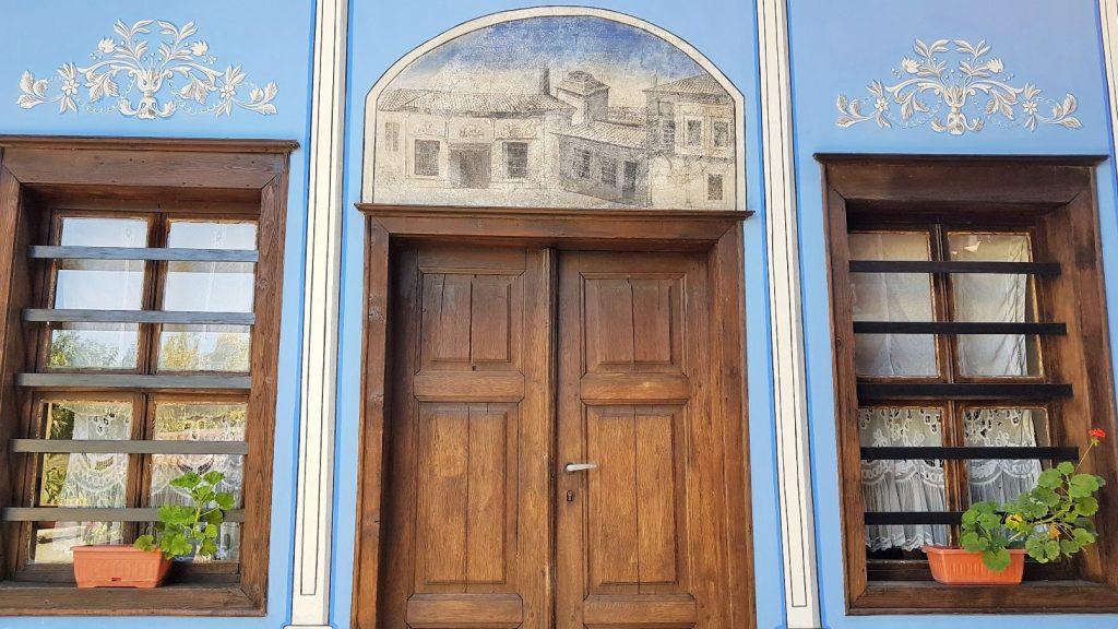 schöne blaue Hausfassade mit  braunen Fenstern in Bulgarien