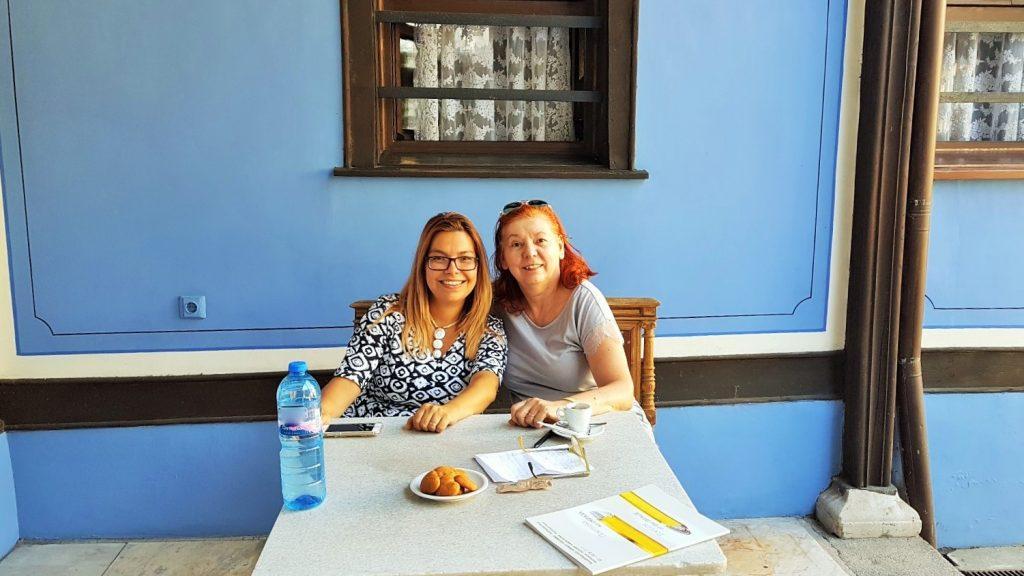 zwei Frauen an einem Tisch sitzend