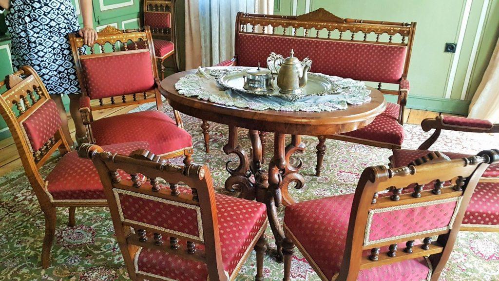 rote Sitzgruppe mit alten Möbeln für eine homestory