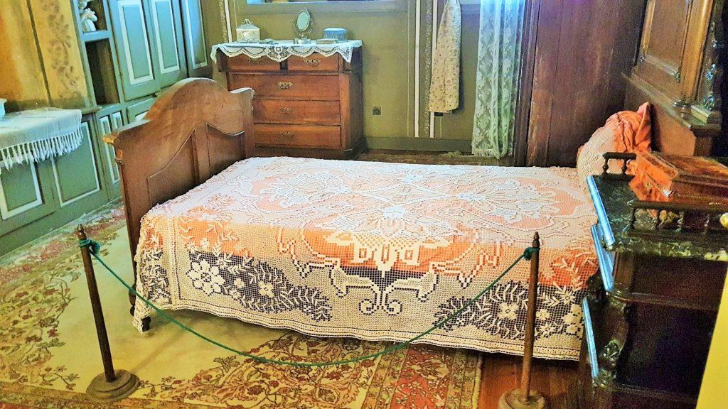 altes Schlafzimmer mit Bett