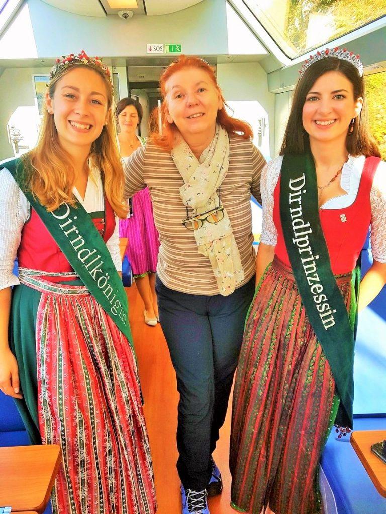 Dirndl-Königin und Dirndl-Prinzessin mit Gast