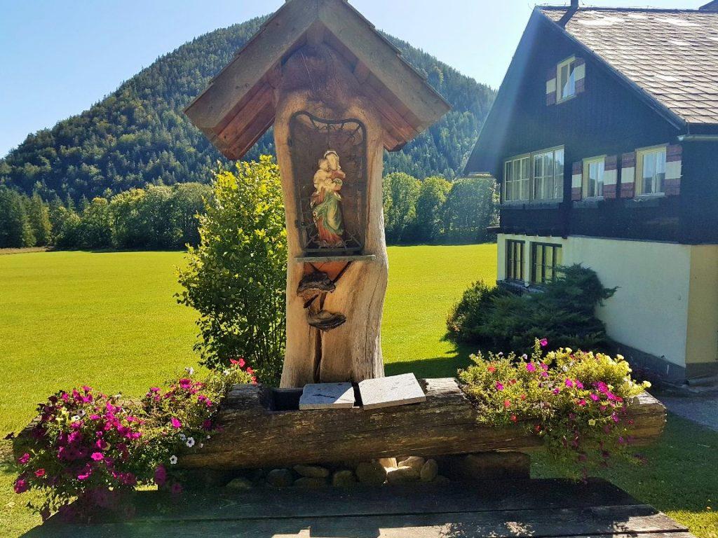 Marterl mit Brunnen und Blumen, Erlaufsee Wandern