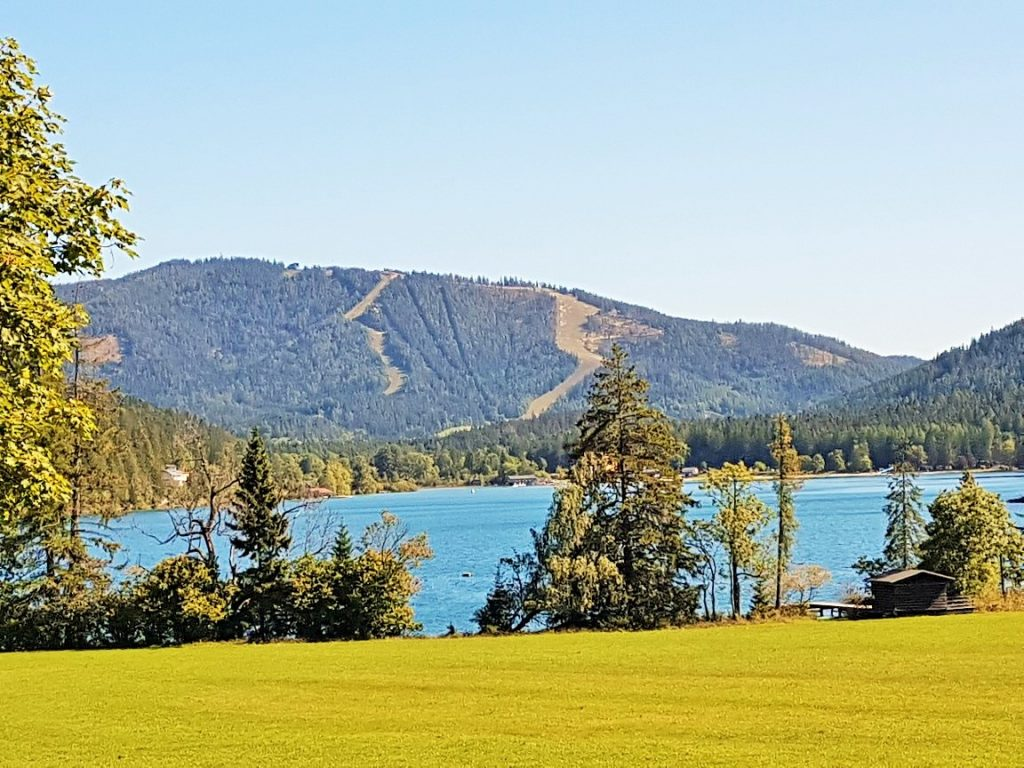 blauer See inmitten grüner Landschaft, Erlaufsee