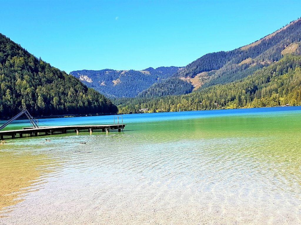 klarer blau-grüner Bergsee von Bergen umgeben