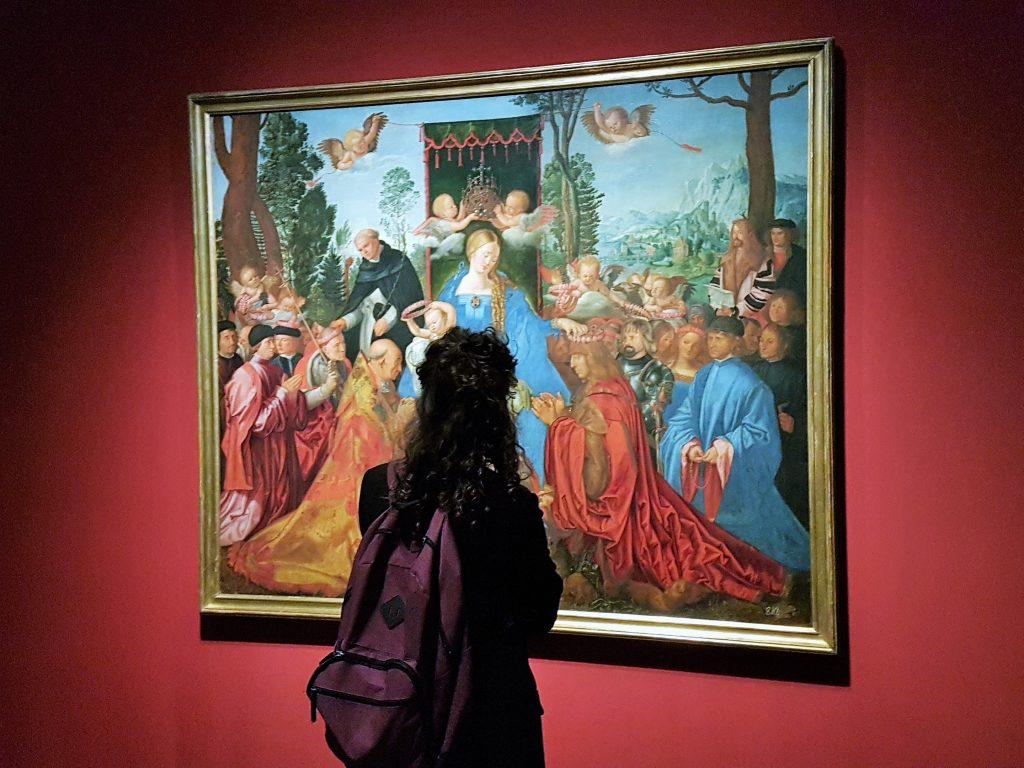 Frau steht vor einemGemälde von Albrecht Dürer