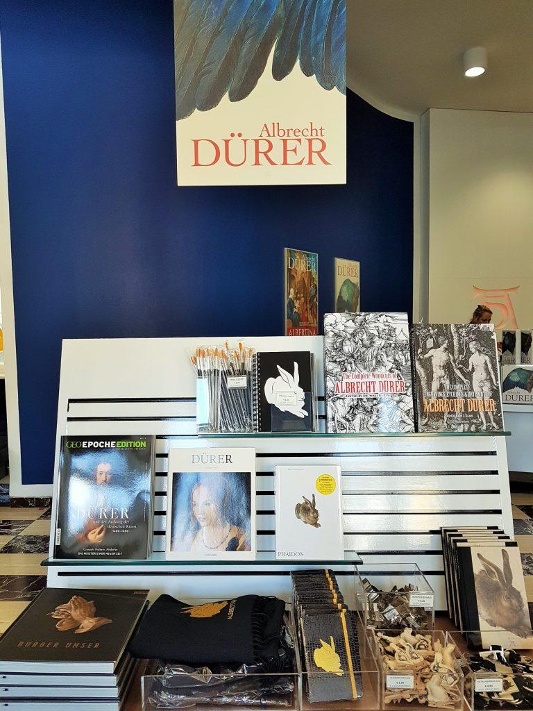 Museums-Shop mit Objekten zur Dürer-Ausstellung