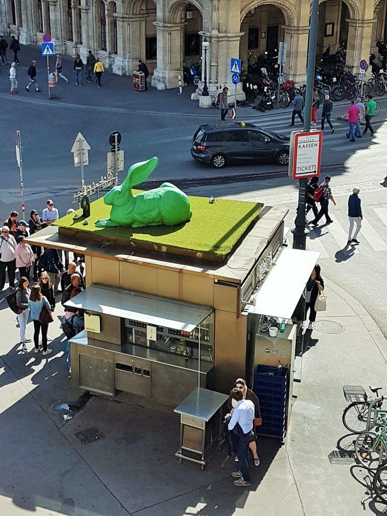 grüner Hase auf dem Dach eines Würstelstandes