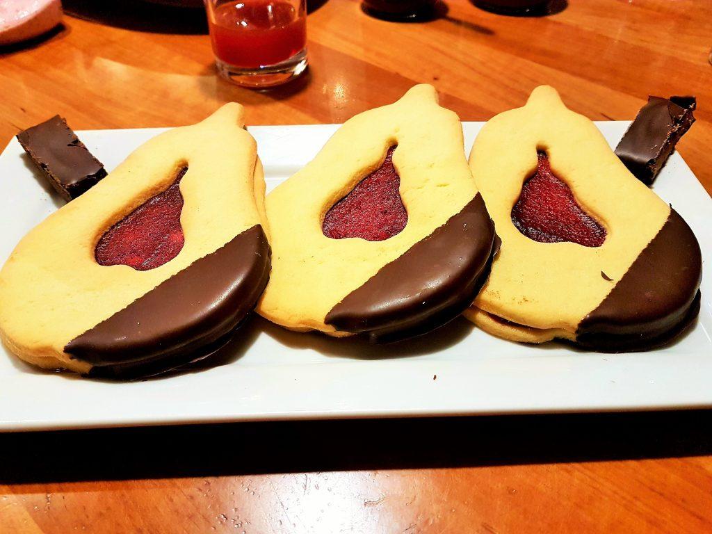 Mehlspeisen Spezialität in Birnenform mit Dirndl-Marmelade