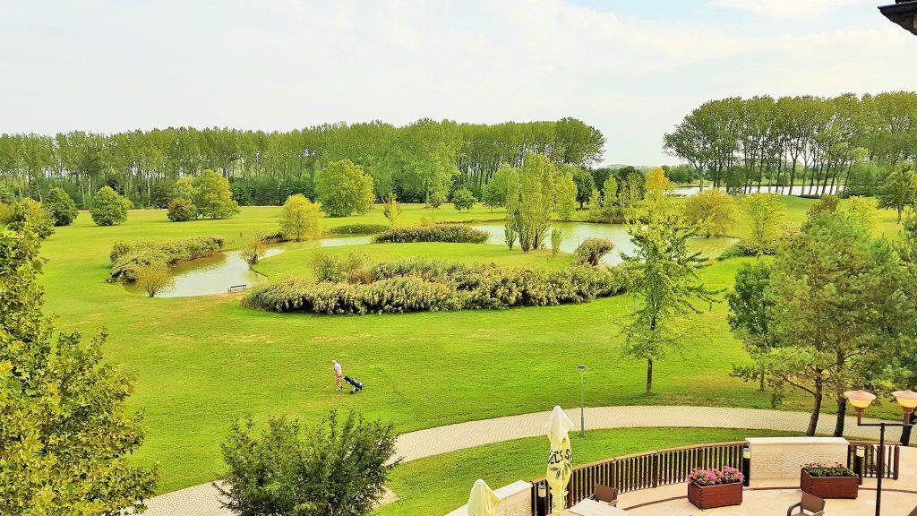 Blick auf schönen Golfplatz mit Teich