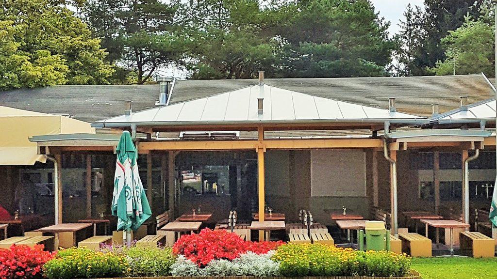 Strandbuffet mit Terrasse und Sitzplätzen