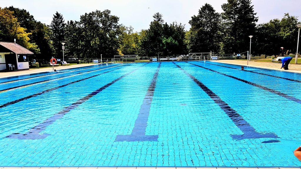 großer Außen-Swimmingpool in Bükfürdö Therme Ungarn