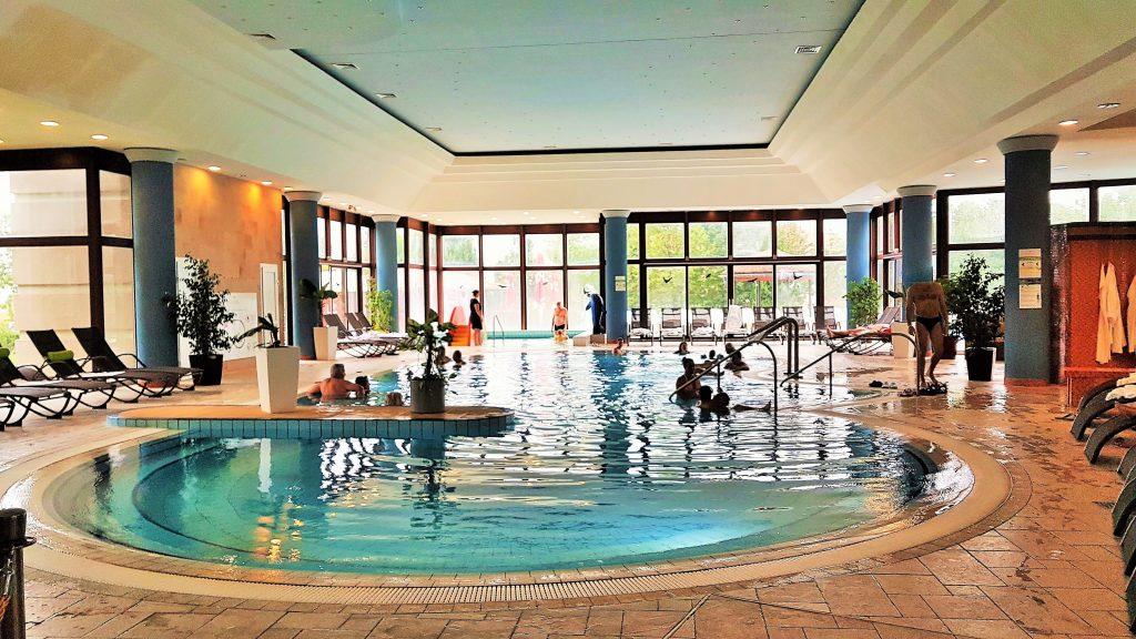 Indoor Pool mit Badegästen in Bükfürdö
