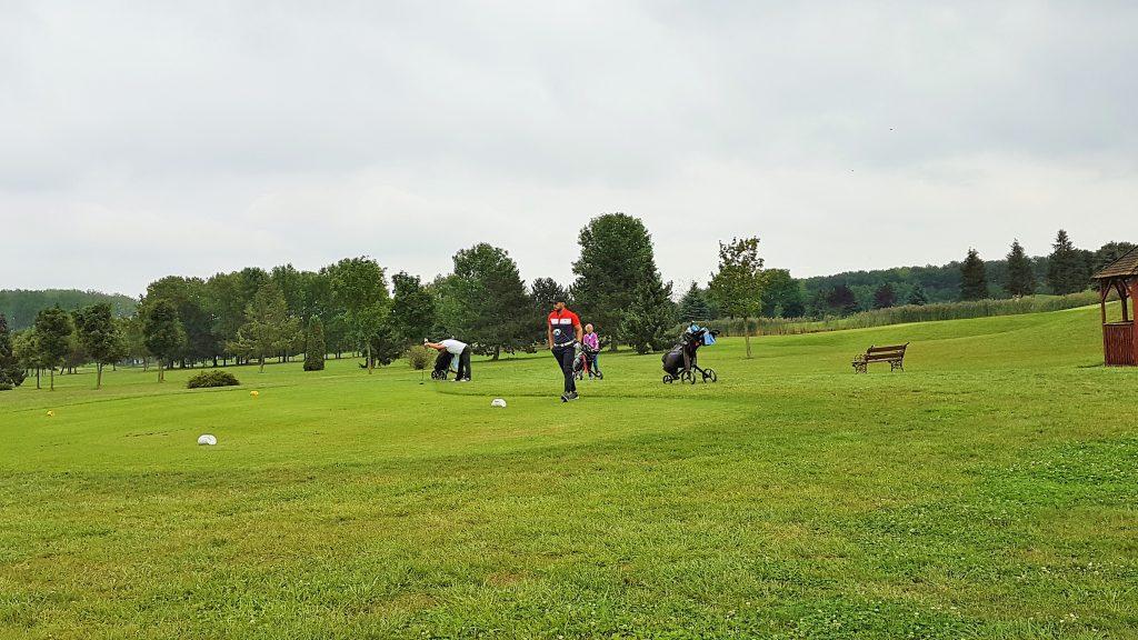 eine Gruppe beim Schnuppergolf auf dem Golfplatz Bükfürdö