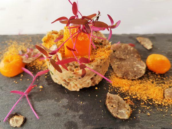 Slow Food Gericht kreativ auf einer Steinplatte angerichtet