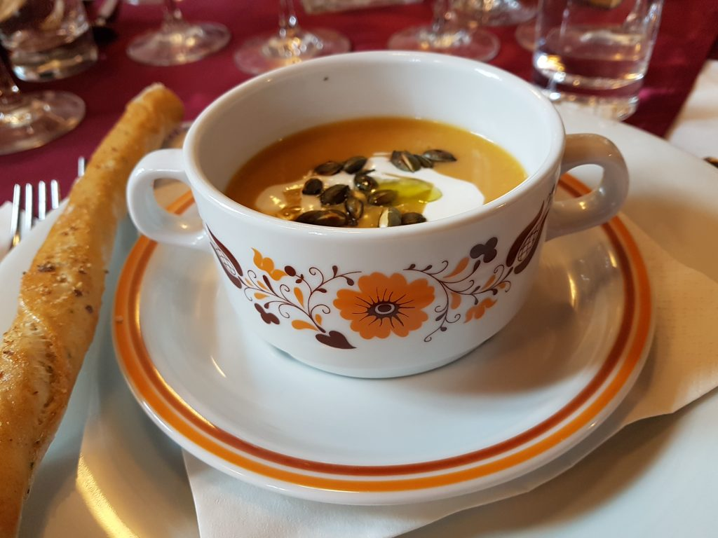 Essen in Bükfürdö Suppe in Suppentasse mit ungarischem Blumenmuster, Slow Food