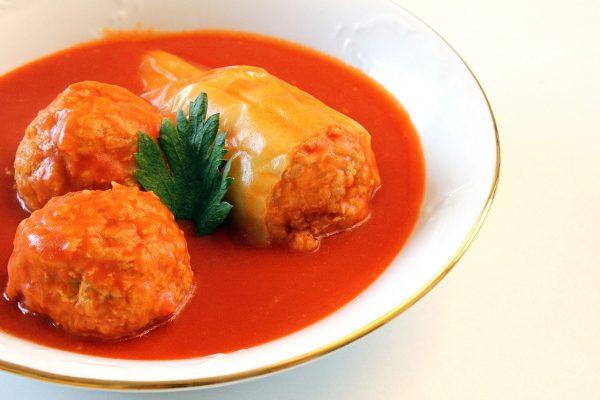 Gefüllte Paprika mit Tomatensauce auf Teller
