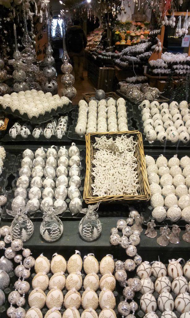 Weiße Christbaumkugeln und Dekoration geschlichtet
