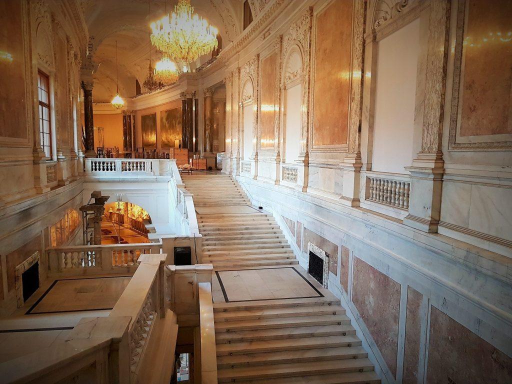 prachtvoller Stiegenaufgang in einem Palais