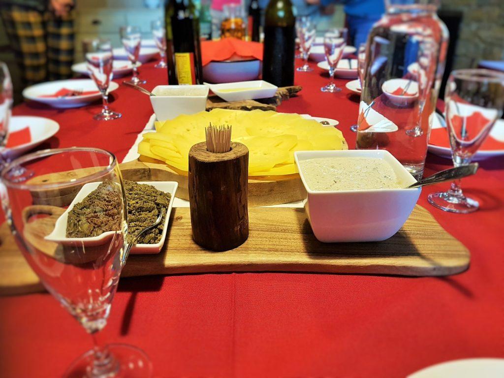 slowenische Jause präsentiert auf rotem Tischtuch