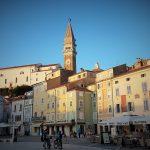Blick auf den Hauptplatz der historischen Stadt Piran im venezianischen Stil mit Campanile