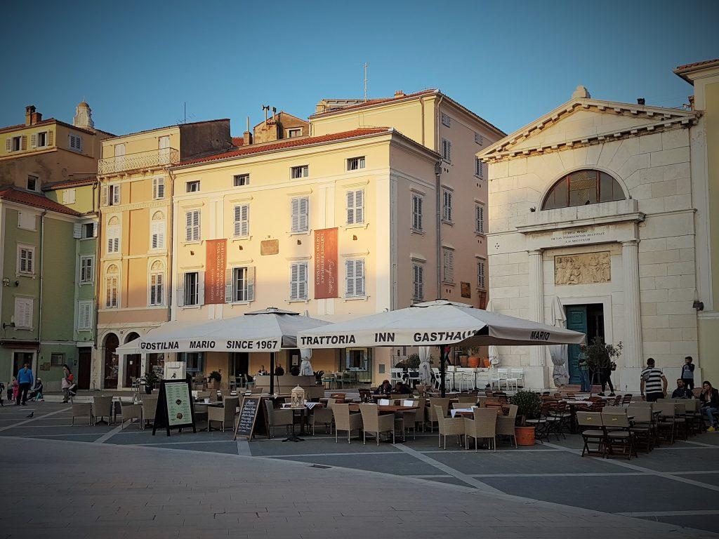 ein Straßencafé am Hauptplatz einer venezianischen Stadt