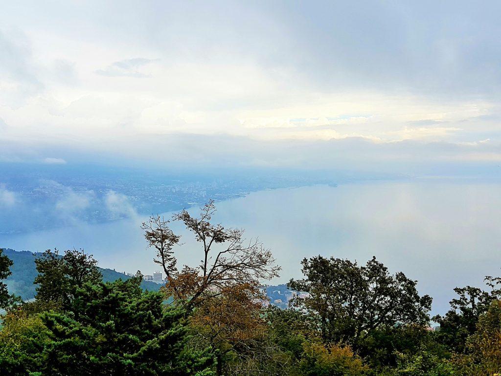 Blick vom Hügel über Piran aus über das Meer und Küste