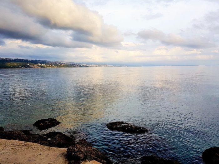 Blick auf des glatte Meer an der Küste