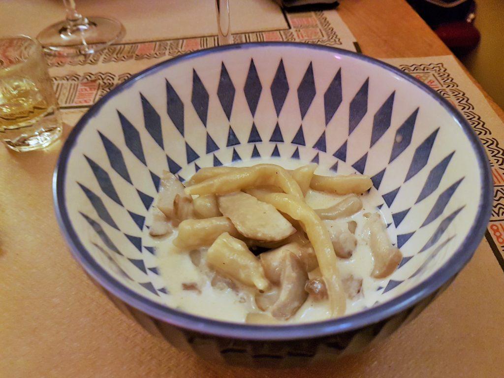 in einer Schüssel ein Gericht mit gekochtem Tintenfisch