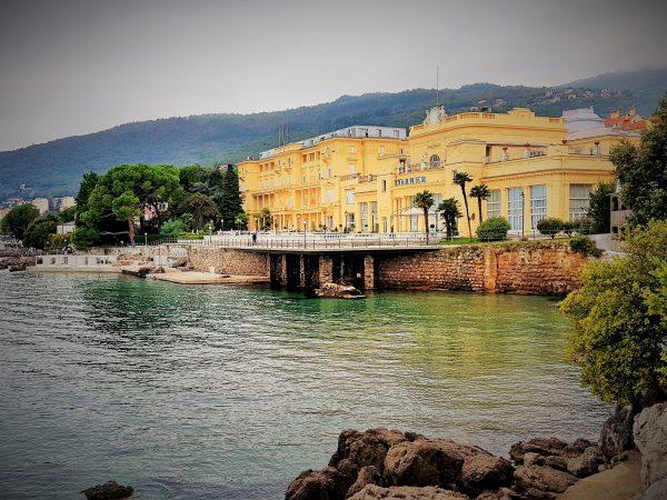 Blick auf die Bucht in Opatija mit Hotel Kvarner