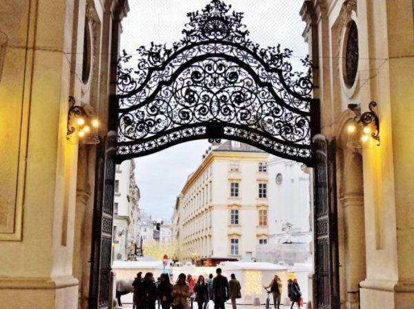prachtvolles Eingangstor führt zur Wiener Hofburg
