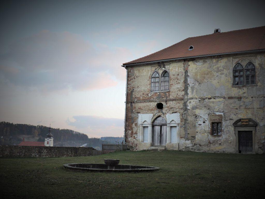desolate Fassade eines Schloss-Traktes