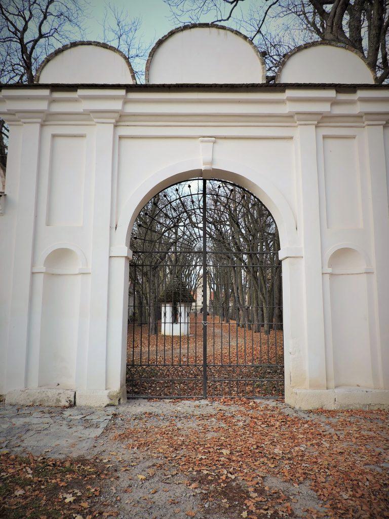 Schmiedeeisenes Tor in weißer Schloss-Mauer