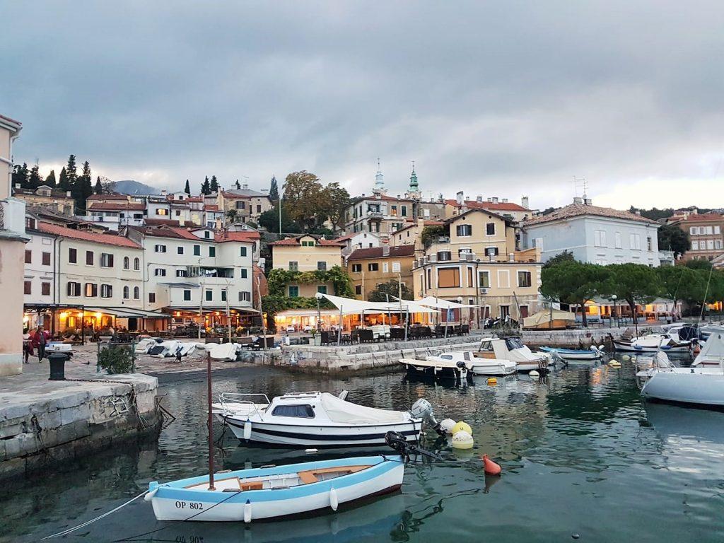 kleines kroatisches Fischerdorf mit Booten