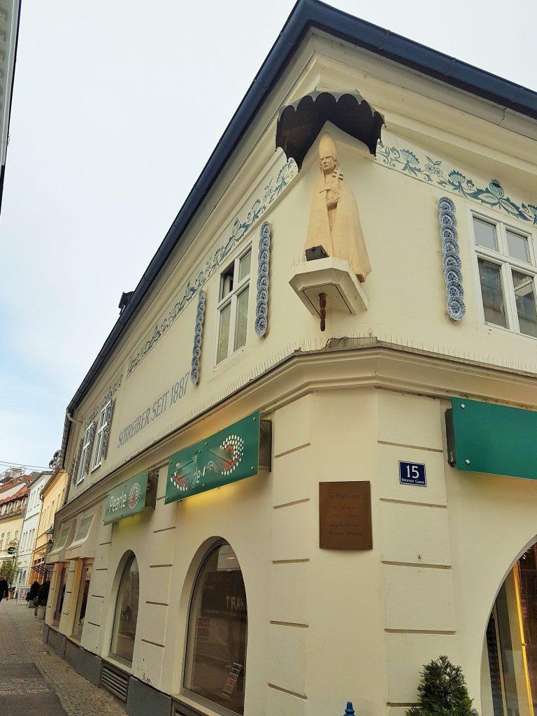 St. Pölten Sehenswürdigkeiten, Haus mit Tellern auf der Fassade