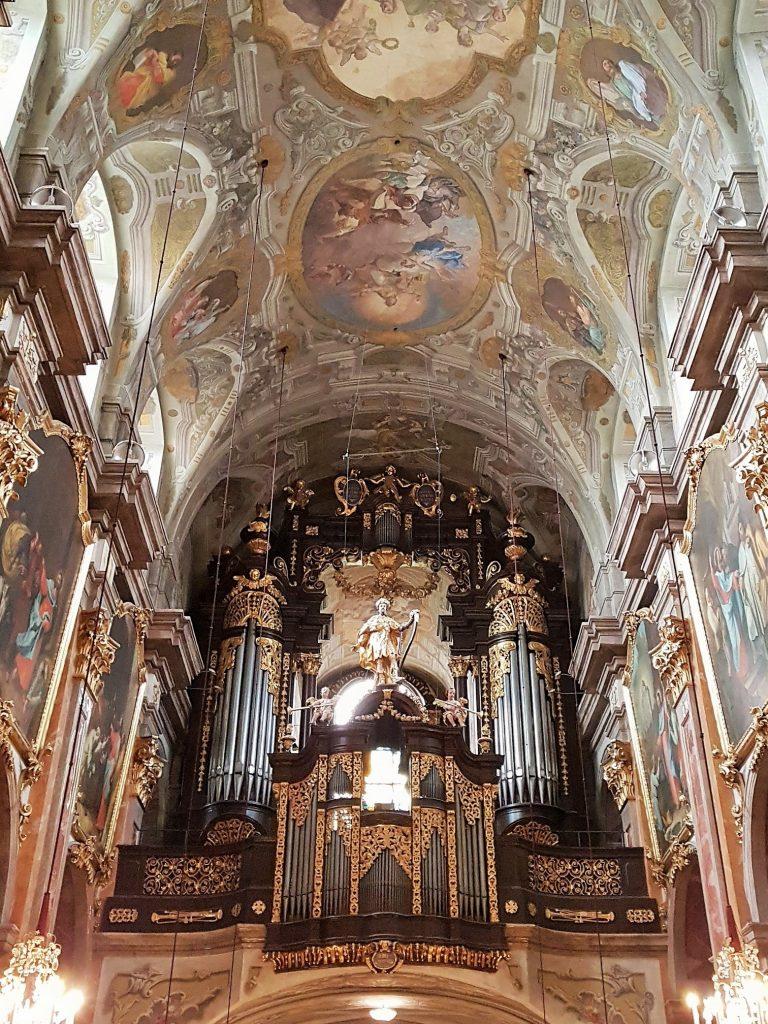 prachtvoller barocker Dom in Innenansicht