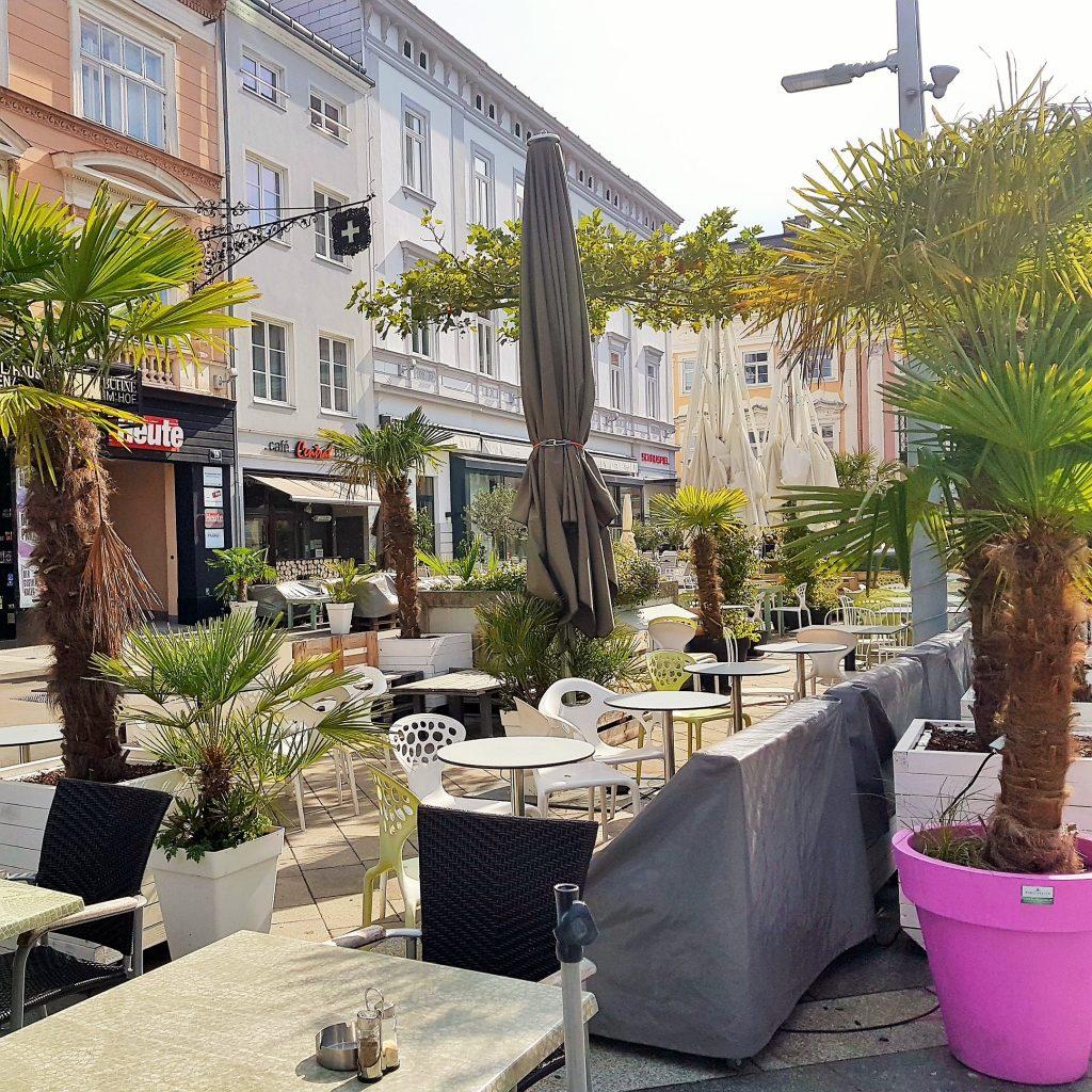 Café im Freien mit Palmen
