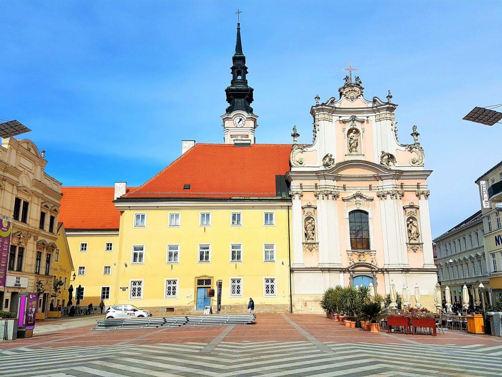 Dreifaltigkeitskirche in St. Pölten mit Platz davor