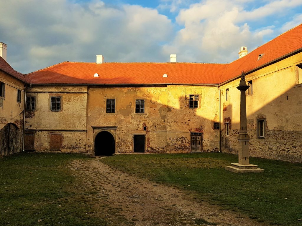 verfallende Innenhof von Schloss Brtnice, Tschechien