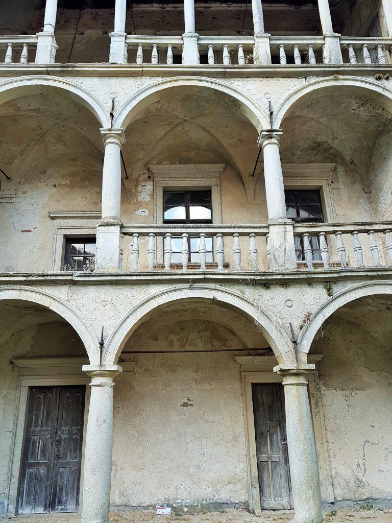 baufällige Fassade eines Renaissance-Schlosses