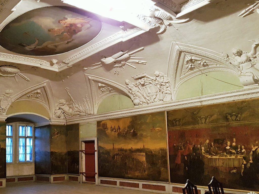 historischer Saal mit Stuck-Decken und Wandgemälden