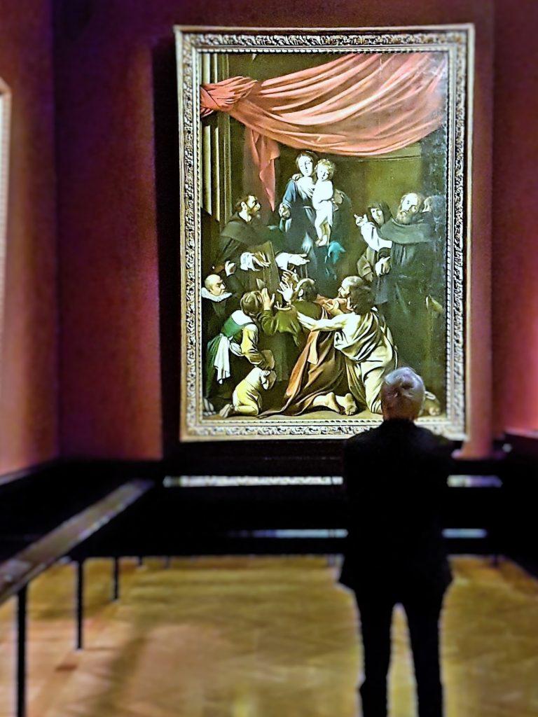 Mann im Museum vor einem barocken Riesen-Gemälde stehend