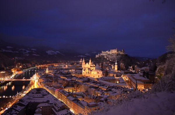 verschneites Salzburg bei Nacht