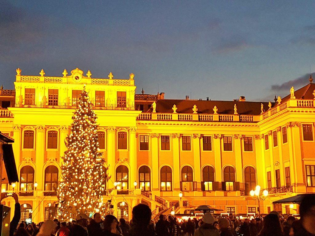 Weihnachtsmarkt vor dem beleuchteten Schloss Schönbrunn