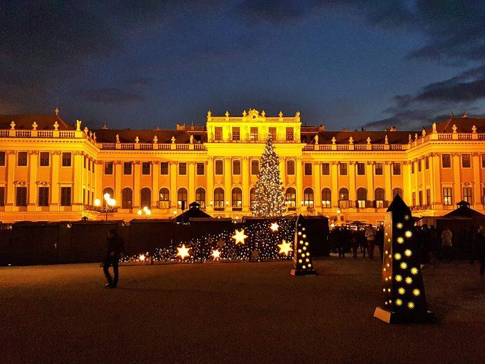 weihnachtlich beleuchtetes Schloss Schönbrunn