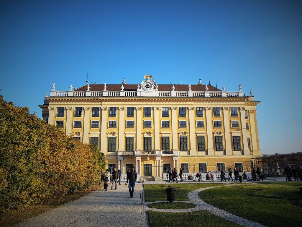 Seitenansicht von Schloss Schönbrunn mit Park